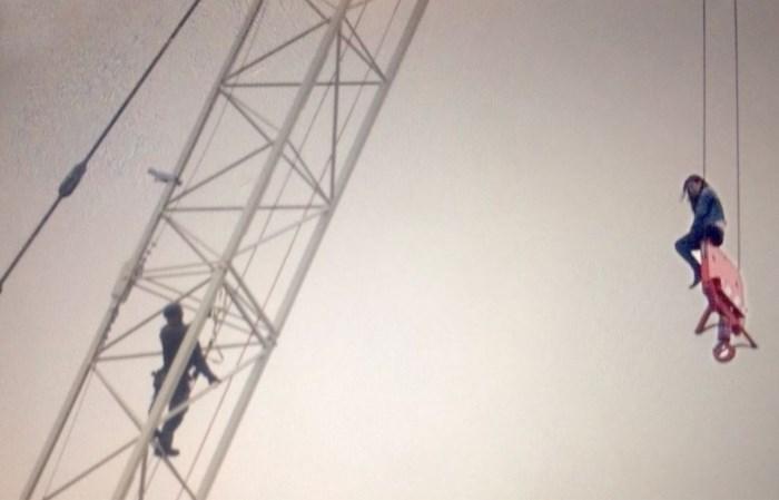 Vrouw gered nadat ze uren aan torenhoge kraan bengelde