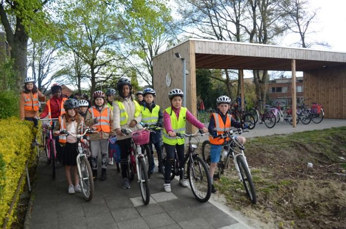 Leerlingen stallen fietsen ecologisch