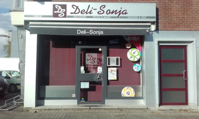 Buurtwinkel Deli Sonja overvallen: Vuurwapen tegen hoofd van klant
