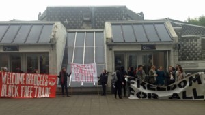 Linkse studenten laten Theo Francken niet binnen op VUB: lezing geannuleerd