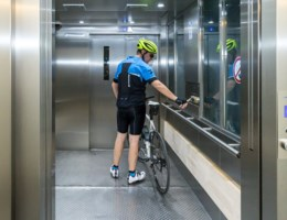 Nieuwe liften in fietserstunnel tijdlang defect op dag van opening