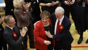 Corbyn gaat flagrant de mist in met high five na overwinning
