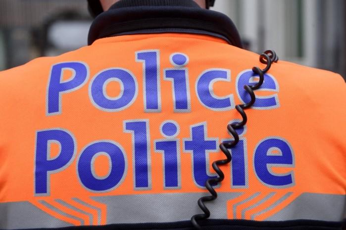 Vrouw gearresteerd die drie kinderen en baby thuis achterlaat