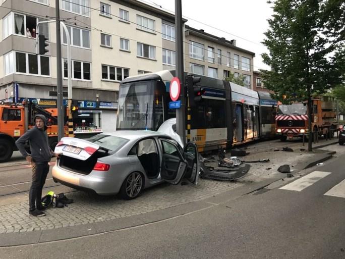 Zware schade en ontspoorde tram bij ongeval op Sint-Bernardsesteenweg