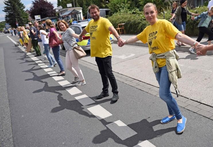 Ruim 50.000 mensen vormen menselijke ketting tegen 'scheurtjescentrales'
