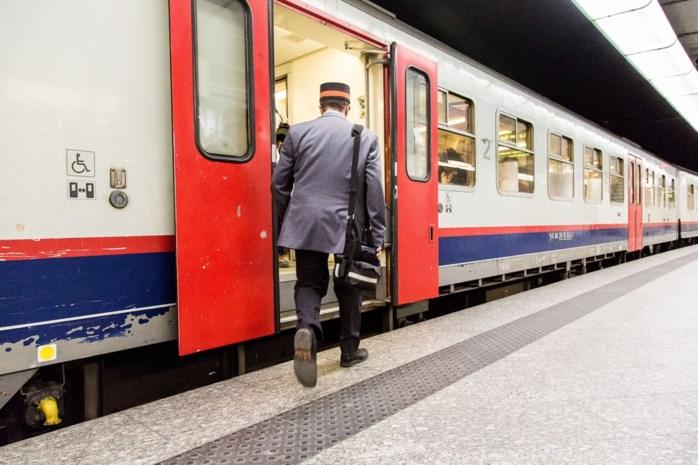 """Conducteur tegen gesluierde oude vrouw op trein naar Antwerpen: """"Lees in het Nederlands of Frans"""""""