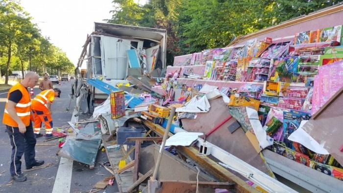 Vrachtwagen rijdt in op geparkeerd kermiskraam