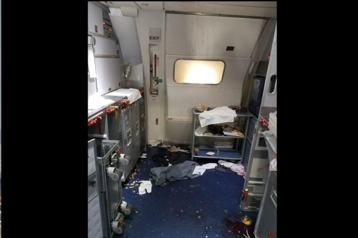 Passagier probeert deur te openen in volle vlucht: steward gebruikt wijnflessen als wapen