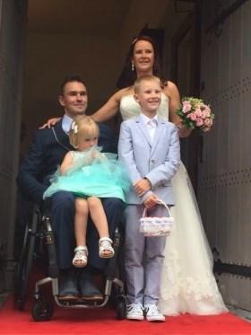 """Verlamde Olenaar kan dankzij robot stappen op trouwdag: """"Toen ik binnen wandelde, begon iedereen te huilen"""""""