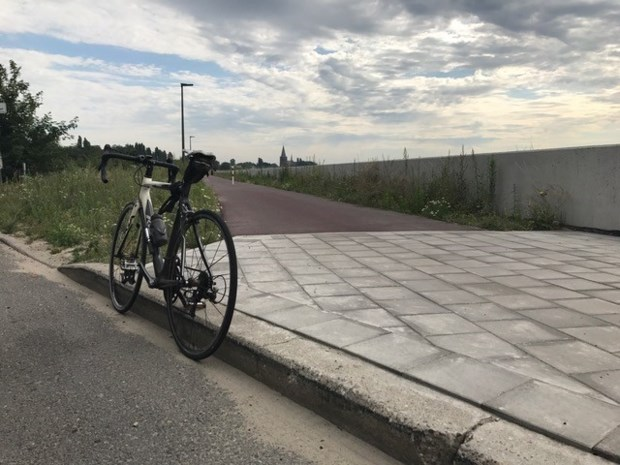 Fietspad langs Schelde met gevaarlijk eindpunt