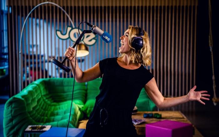 Evi Hanssen maakt radio vanuit haar eigen huiskamer in Antwerpen