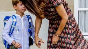 Deense prinses troost zoontje op eerste schooldag en dat levert vertederende beelden op