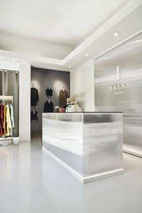 Deens regenjassenmerk Rains opent nieuwe winkel in Kammenstraat