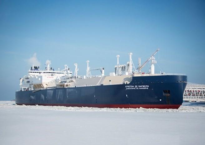 Trieste primeur: Russisch tankschip vaart zonder ijsbreker door ijskap