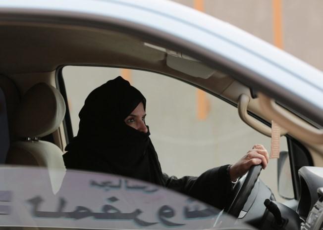 HEET VAN DE TONG. Saudische vrouwen hebben rijbewijs te danken aan olieprijs