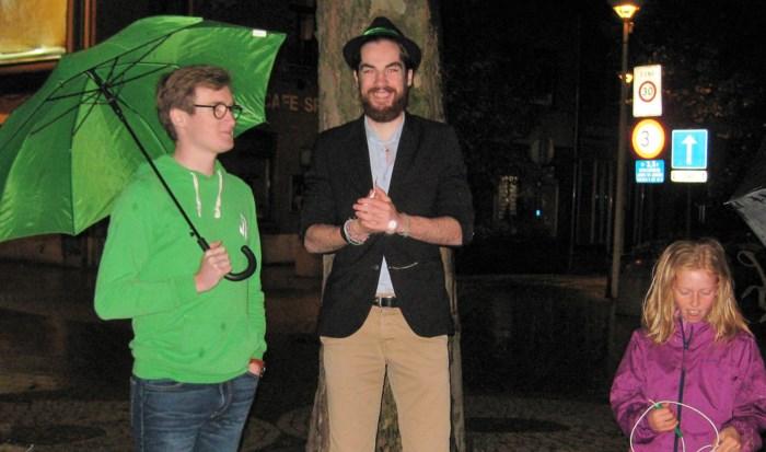 Jong Groen knuffelt boom in Paalstraat