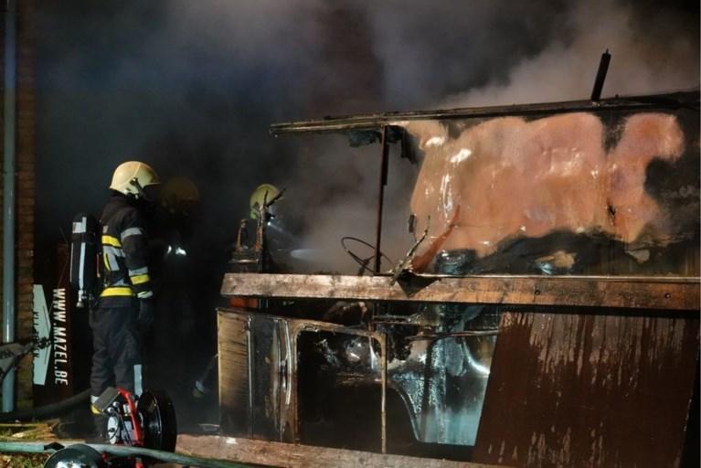 Garage met materialen naast KLJ-lokaal brandt uit