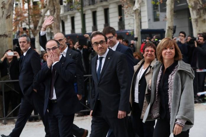 Afgezette Catalaanse ministers aangekomen op rechtbank, zonder Puigdemont