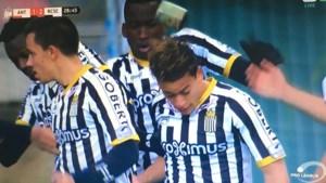 Antwerp-supporters gooien met blikken van rookbom naar doelpuntenmaker