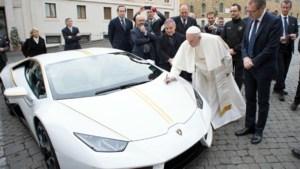 Paus krijgt gepersonaliseerde Lamborghini als cadeau, maar gaat hij er ook mee rijden?