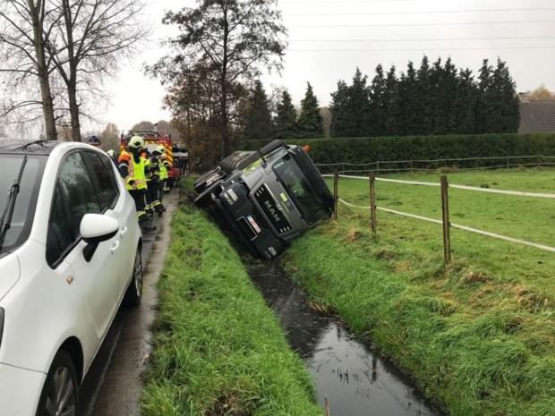 Vrachtwagen belandt in gracht, hulpdiensten onnodig opgetrommeld