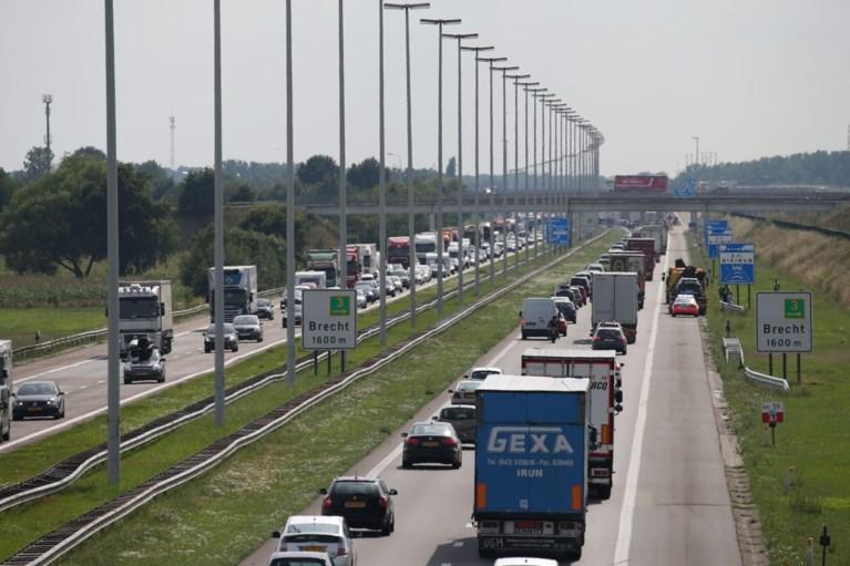 Vrachtwagenbestuurder rijdt in op voorligger en overlijdt op E19