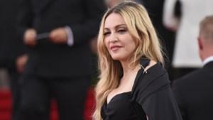 Madonna vliegt opnieuw in economy class maar neemt wel peperdure bagage mee