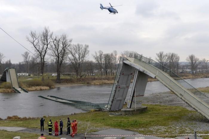 Voetgangersbrug in Praag stort in, vier gewonden