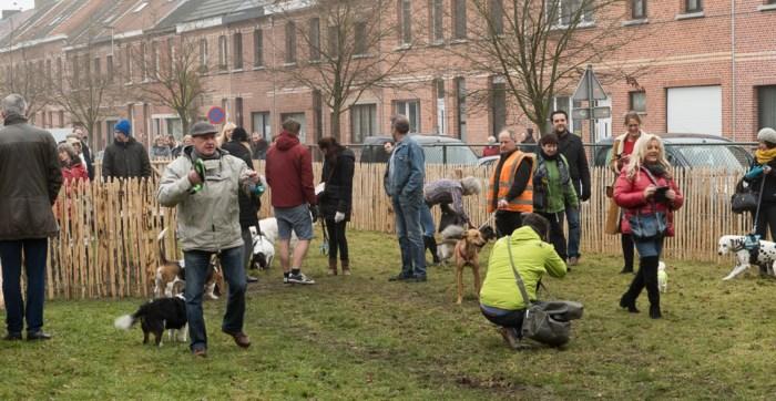 Hondenloopzone mét stewards om te helpen