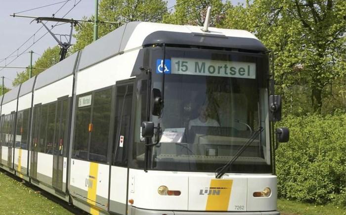 Fietser komt in botsing met tram in Berchem