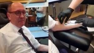 Johan Vande Lanotte sluit opmerkelijke weddenschap af: bij 70.000 likes laat hij deze tattoo zetten