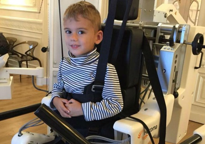 """Veel solidariteit voor Luca (3) uit Sint-Job: """"Met een staprobot kan hij vlotter leren lopen"""""""
