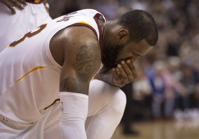 NBA. Cleveland gaat opnieuw kansloos onderuit en dus maakt LeBron James zich behoorlijk kwaad
