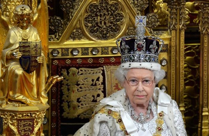 """Queen over haar """"levensgevaarlijke kroon"""": """"Als ik naar beneden kijk, breek ik mijn nek"""""""