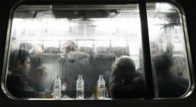 Trein met honderden passagiers heeft vijftien uur vertraging door hevige sneeuwval