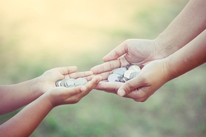 """Dochtertje (5) moet huur betalen aan mama: """"Ik bereid ze voor op het echte leven"""""""