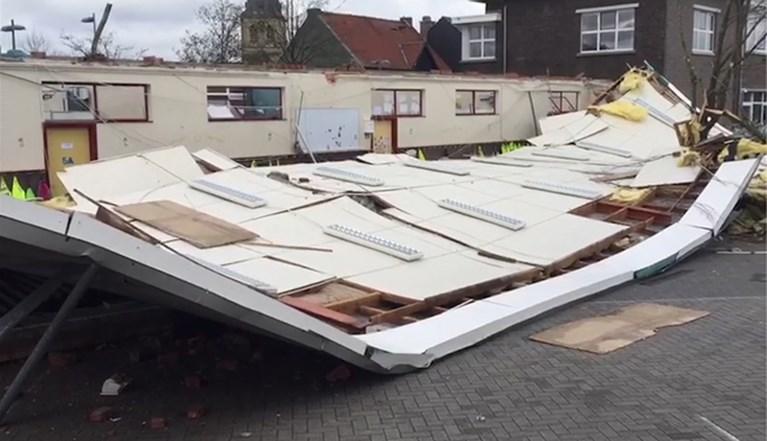 Kinderen ontsnappen aan drama: dak van school vliegt weg en belandt weer op klassen