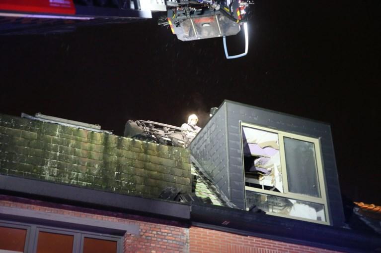 Bliksem slaat in op dak van woning, brandweer voorkomt erger