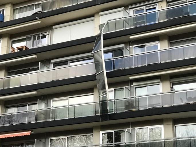 Flatgebouw Linkeroever zwaar beschadigd: balustrade losgekomen, tientallen ramen kapot