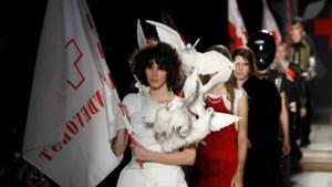 A.F. Vandevorst viert twintigste verjaardag op Parijse catwalk met duifjes en vlaggen