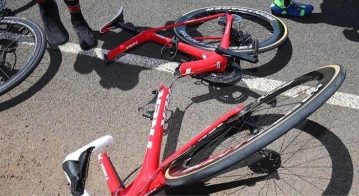 Hallucinant: fiets breekt gewoon in tweeën bij val in Herald Sun Tour
