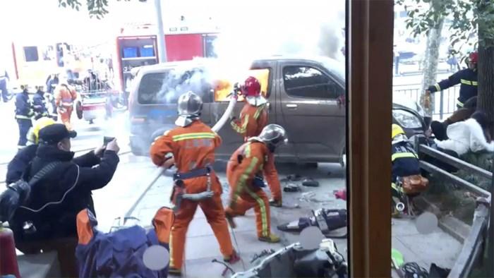 Bestelwagen rijdt in op voetgangers in Shanghai: zeker achttien gewonden