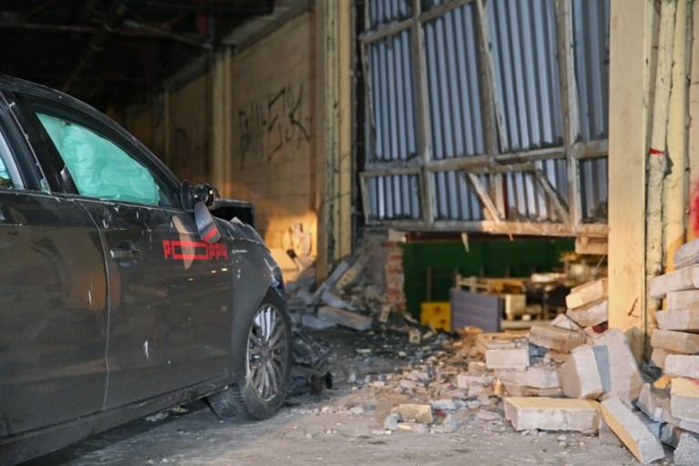 Deelwagen van Poppy belandt in muur Brico, inzittenden vluchten weg