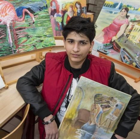 """13-jarige Moamim bloeit open dankzij kunst: """"Ik zet nooit zomaar iets op papier. Elk schilderij heeft een eigen verhaal"""""""
