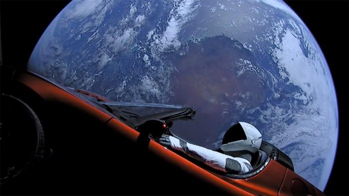 Wat gaat er nu gebeuren met de Tesla van Elon Musk in de ruimte?