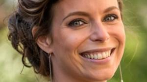 Gluren bij BV's: Evy Gruyaert toont sexy yoga-oefening, maar niets is wat het lijkt