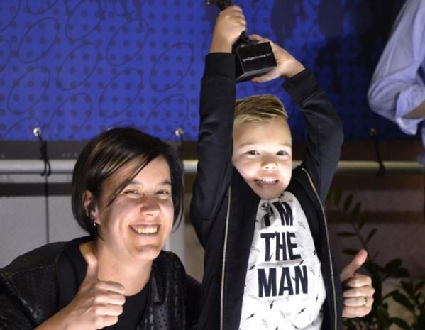 Matisse (5) apetrots op Jorik Hendrickx: petekind neemt trofee in ontvangst voor afwezige winnaar