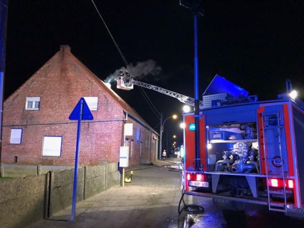 Brandweer heeft alle moeite om schouwbrand onder controle te krijgen
