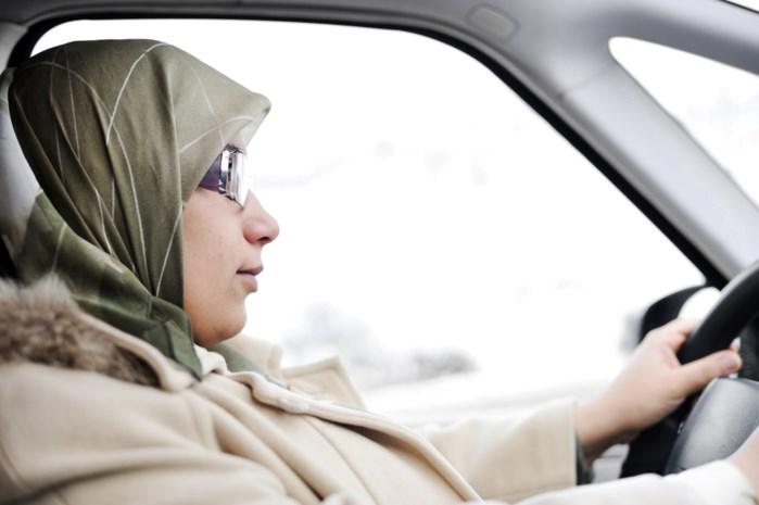 Onderzocht en bewezen: vrouwen rijden net zo goed als mannen, maar er is wel één opvallend verschil