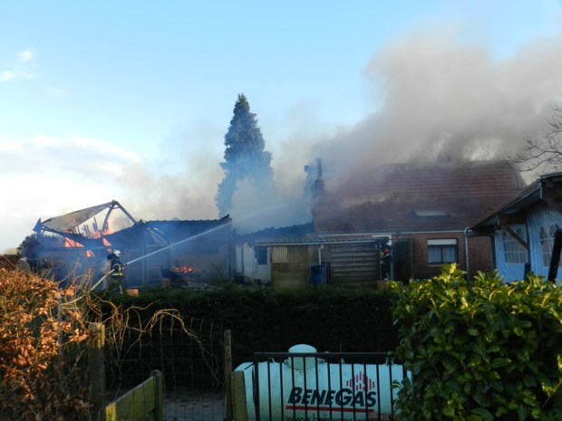Brand breekt uit in schuur naast woning